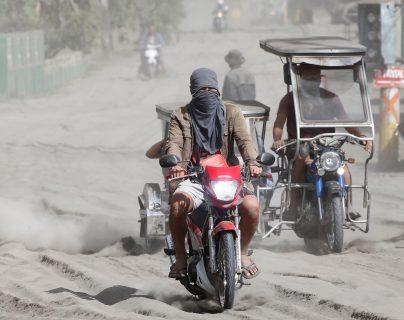 El camino cubierto de cenizas afecta a la población de la provincia de Batangas, Filipinas. (Foto Prensa Libre: EFE)