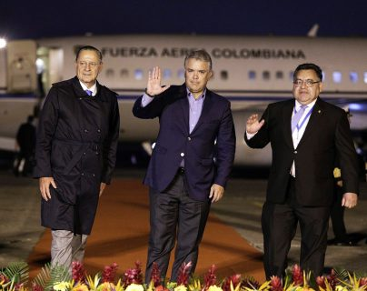 El presidente de Colombia, Iván Duque llegó en el avión presidencial para la investidura Alejandro Giammattei como presidente de Guatemala. (Foto Prensa Libre: EFE)