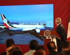 El presidente de México, Andrés Manuel López Obrador, observa en una pantalla el avión presidencial que se envió a EE.UU. para su venta. (Foto Prensa Libre: EFE)