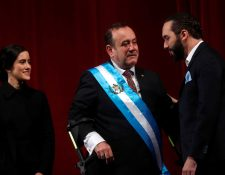 El presidente de Guatemala, Alejandro Giammattei y el presidente de El Salvador, Nayib Bukele buscan agilizar conexión aérea. (Foto Prensa Libre: EFE)