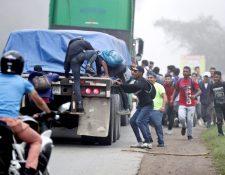 Los migrantes se exponen a la violación de sus derechos fundamentales. (Foto Prensa Libre: EFE)