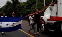-FOTOGALERIA- (4 DE 14) GU4001. ENTRE RÍOS (GUATEMALA), 16/01/2020.- Un migrante hondureño salta para recibir un billete de manos del conductor de un vehículo de carga este jueves, en una carretera cercana a Entre Ríos (Guatemala). Centenares de hondureños que aducen que no pueden seguir viviendo en su país por la falta de empleo y la inseguridad partieron la madrugada de este jueves desde Entre Ríos Izabal hacia la frontera con México, con la idea de llegar a Estados Unidos. La convocatoria a la caravana de este miércoles, de la que unos 200 inmigrantes salieron a pie el martes por la noche, con rumbo a Corinto, otro punto fronterizo con Guatemala, no la hizo ningún grupo social. Simplemente apareció en redes sociales y centenares se dieron por enterados. Oficialmente no se sabe cuántos inmigrantes participan en la caravana, que partió de una central de autobuses interurbanos de San Pedro Sula, norte, la segunda ciudad más importante de Honduras. EFE/ Esteban Biba