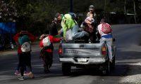 AME2811. QUEZALTEPEQUE (GUATEMALA), 17/01/2020.- Un grupo de migrantes hondureños viaja este viernes en la parte de atrás de una camioneta con destino a la Ciudad de Guatemala, desde la ciudad de Quezaltepeque (Guatemala), para después dirigirse hacia la ciudad fronteriza de Tecún Umán e intentar ingresar a México. Cientos de migrantes hondureños que forman parte de una nueva caravana que partió esta semana desde Honduras con rumbo a Estados Unidos, se desplazan este viernes por territorio guatemalteco, divididos en dos grupos, uno pequeño que ingresó al país de manera ilegal por el punto fronterizo de Corinto, norte, y otro, el más numeroso, por Agua Caliente, en el occidente hondureño, en el que iban muchas mujeres y menores de edad, incluyendo niños entre uno y diez años. EFE/ Esteban Biba