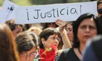 """AME3044. SANTIAGO (CHILE), 18/01/2020.- Cientos de personas participan en una manifestación contra la represión policial durante una nueva jornada de protestas antigubernamentales este sábado, en Santiago (Chile). Miles de personas marcharon este sábado en silencio y en su mayoría vestidos de negro por el centro de Santiago para denunciar la dureza con que la Policía trata de contener el mayor estallido social de la democracia chilena y para pedir la renuncia del presidente, el conservador Sebastián Piñera. La llamada """"Marcha por la represión"""" partió de Plaza Italia, la rotonda de la capital convertida en epicentro de la crisis, y terminó frente al Palacio de la Moneda, sede del Ejecutivo chileno, donde los asistentes levantaron el puño izquierdo mientras se tapaban un ojo con la otra mano, en homenaje a los más de 400 heridos oculares por disparos de agentes. EFE/ Elvis González"""
