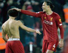 Mohamed Salah celebra con Virgil van Dijk el triunfo del Liverpool. (Foto Prensa Libre: EFE)