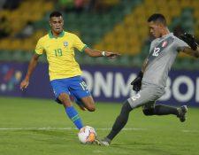 Reiner (i) de Brasil está en la cima del futbol después de fichar para el Real Madrid. (Foto Prensa Libre: EFE)