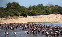 -FOTODELDIA- AME3517. TECÚN UMÁN (GUATEMALA), 20/01/2020.- Cientos de migrantes centroamericanos, en su mayoría hondureños, cruzan el río Suchíate que divide México y Guatemala este lunes, desde la ciudad de Tecún Umán (Guatemala). Autoridades migratorias mexicanas negaron este lunes la entrada a cientos de migrantes quienes, según constató Efe, comenzaron a cruzar la frontera por el río Suchíate. Este grupo de migrantes salió el miércoles pasado hacia la frontera con Guatemala, como parte de una caravana que se dirige hacia Estados Unidos después de una convocatoria en redes sociales. EFE/ Esteban Biba