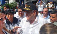 El Presidente Alejandro Giammattei, dialogo con varios trabajadores portuarios durante su visita sorpresiva a la Empornac. (Foto Prensa Libre: Dony Stewart)