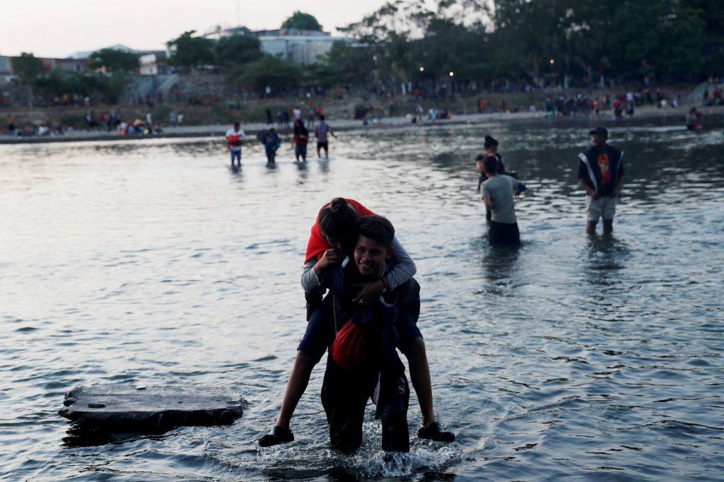 Incertidumbre reina entre migrantes varados en frontera de Guatemala y México