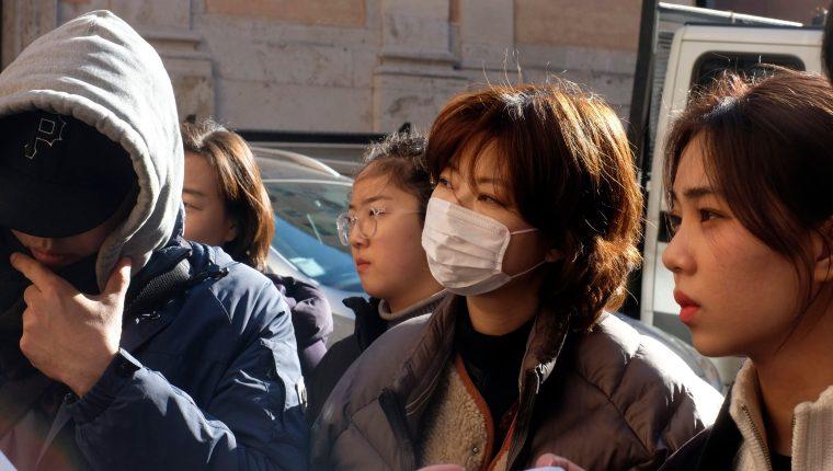 Miles de ciudadanos de China se protegen con mascarillas. (Foto Prensa Libre: EFE)