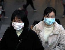 Peatones usan mascarillas desde días recientes en Taiwán a causa del brote de coronavirus en China. (Foto Prensa Libre: AFP)