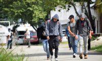 """AME4260. SAN PEDRO SULA (HONDURAS), 22/01/2020.- Un grupo de migrantes hondureños que hacía parte de la caravana rumbo a EE.UU. se traslada al Centro de Migrantes Retornados este miércoles, tras su llegada a San Pedro Sula (Honduras), luego de ser deportados desde ese país tras fracasar en su intento de cruzar la frontera entre Guatemala y México. Un total de 329 hondureños han sido deportados en las últimas 24 horas desde México tras entrar irregularmente al país y en plena crisis por la conformación de caravanas migrantes, informó este miércoles el Instituto Nacional de Migración (INM). """"INM y Guardia Nacional de México realizaron el retorno asistido vía aérea de 110 hondureños que ingresaron irregularmente a México. El vuelo salió del Aeropuerto Internacional de Villahermosa, Tabasco, a San Pedro Sula, Honduras, cumpliendo con la Ley de Migración y con apego a los derechos humanos"""", indicó el organismo en un boletín. EFE/ José Valle"""