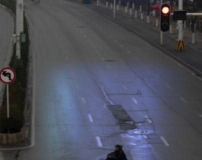 Una de las calles de Wuhan que han sido cerradas por las autoridades para evitar la propagación del coronavirus. (Foto Prensa Libre: EFE)
