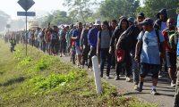 MEX3594. FRONTERA HIDALGO (MÉXICO), 23/01/2020.- Cientos de personas centroamericanas, pertenecientes a la llamada caravana migrante, caminan este jueves, por la localidad de Frontera Hidalgo, en el estado de Chiapas (México). A mediados de enero miles de migrantes centroamericanos, en su mayoría de Honduras, empezaron un nuevo éxodo en caravana a fin de llegar a Estados Unidos. EFE/ Juan Manuel Blanco