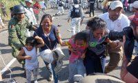 AME4715. FRONTERA HIDALGO (MÉXICO), 23/01/2020.- Migrantes centroamericanos son impedidos de avanzar por la policía mexicana luego de haberse internado a territorio mexicano, este jueves en la zona fronteriza del estado de Chiapas. Más de 200 elementos de la Guardia Nacional mexicana detuvieron este jueves el avance de miles de centroamericanos de la caravana migrante que cruzaron de forma irregular el río Suchiate, que divide a Guatemala del suroriental estado mexicano de Chiapas. La persecución del cuerpo de carácter militar y policial, que incluso roció gases lacrimógenos a los migrantes, ocurrió en la carretera del municipio de Frontera Hidalgo cuando se rompió el diálogo entre los centroamericanos y las autoridades mexicanas.EFE/Juan Manuel Blanco