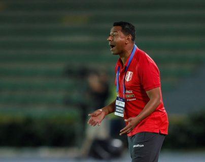 El entrenador de Perú Nolberto Solano no se ha cumplido con las restricciones que hay en su país por el coronavirus. (Foto Prensa Libre: EFE)