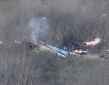 Restos del helicóptero accidentado donde falleció el ex basquetbolista Kobe Bryant, su hija de 13 años y 7 personas más, incluyendo el piloto, en cerros de Calabasas, California (Estados Unidos). (Foto Prensa Libre: EFE).