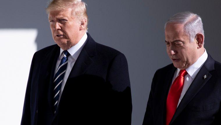 Donald Trump camina con el Primer Ministro de Israel Benjamin Netanyahu en las afueras de la Casa Blanca. (Foto Prensa Libre: EFE)