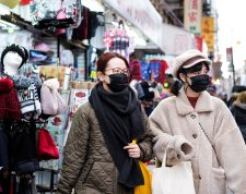 New York (United States), 27/01/2020.- People wear medical masks while walking around the Chinatown neighborhood of New York, New York, USA, 27 January 2020. The outbreak of the coronoaviruis, which is centered in China's Wuhan region, has killed at least 80 people and infected thousands of others, and major cities around the world are preparing for infections to spread. (Estados Unidos, Nueva York) EFE/EPA/JUSTIN LANE