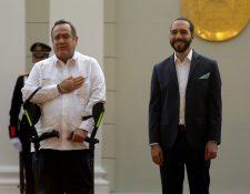 El presidente de Guatemala, Alejandro Giammattei (i), y su homólogo salvadoreño, Nayib Bukele (d), ofrecen una rueda de prensa en San Salvador (Foto Prensa Libre: EFE)