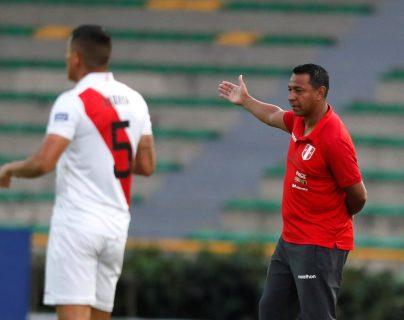 El entrenador de Perú Nolberto Solano (derecha) tras ser amonestado por incumplir la cuarentena por coronavirus, contó una de sus más grandes anécdotas. (Foto Prensa Libre: EFE)