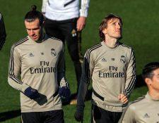 El delantero galés del Real Madrid Gareth Bale y su compañero, el croata Luka Modric, durante el entrenamiento realizado el viernes. (Foto Prensa Libre: EFE)