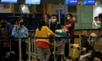 Singapore (Singapore), 31/01/2020.- Travellers wearing masks are seen at the Changi Airport in Singapore, 31 January 2020. Singapore will close its borders to travellers from China, including foreigners who have been in the country for 14 days as they ramp up measures to stop the spread of the coronavirus outbreak that originated from Wuhan. (Singapur, Singapur) EFE/EPA/HOW HWEE YOUNG