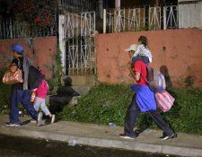 Cientos de niños viajan acompañados por sus padres hacia EE. UU., un problema que intentan mitigar las autoridades. (Foto Prensa Libre: EFE)