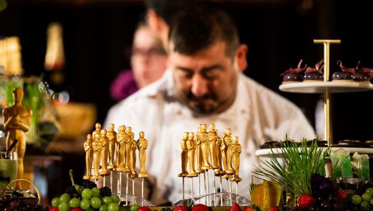 Pequeñas estatuillas de los premios Óscar hechas de chocolate. (Foto Prensa Libre: AFP)