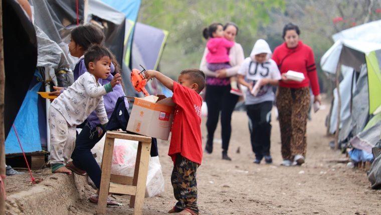 Niños migrantes y otros solicitantes de asilo tiene que esperar en México en precarias condiciones debido a la implementación del programa Quédate en México que organizaciones confían en que sea derogado por la futura administración. (Foto Prensa Libre: EFE)