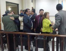 Los sindicados celebran la resolución del juez. (Foto Prensa Libre: María José Longo)