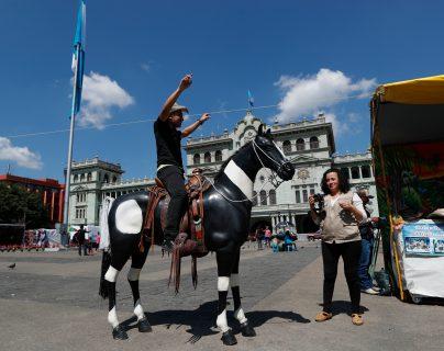 Los visitantes al Centro Histórico se llevan una fotografía del lugar. Fografia Prensa Libre: Esbin Garcia
