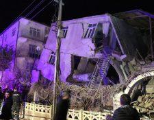 El terremoto de 6.7 grados hizo que varios edificios se desplomaran. (Foto Prensa Libre: EFE)