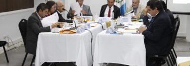 La Comisión de Postulación para magistrados del Tribunal Supremo Electoral empezó a discutir la tabla de gradación. (Foto Prensa Libre: Noé Medina)