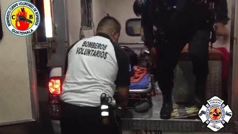Bomberos Voluntarios trasladaron al Hospital Nacional de Coatepeque al agente de la PNC herido. (Foto Prensa Libre. CBV)