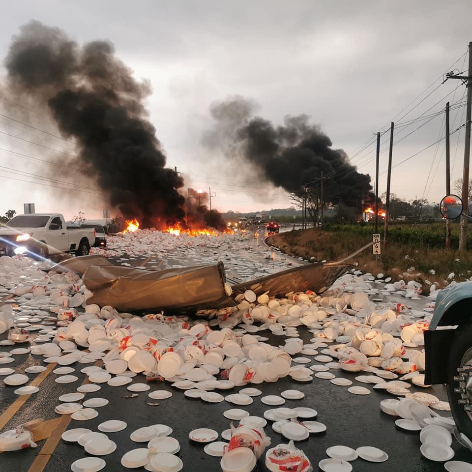 Video: Contenedor cargado con platos de duropor se incendia en carretera