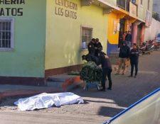 Un hombre que se dedicaba a cargar bultos en el mercado Minerva murió baleado esta mañana. (Foto Prensa Libre: Mynor Toc)