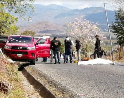 Fiscales recogen evidencia en el lugar del ataque armado. (Foto Prensa Libre: Cortesía)
