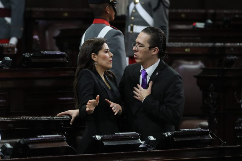 Una discusión entre los diputados Patricia Sandoval y Felipe Alejos llamó la atención en el hemiciclo. Foto Prensa Libre: Érick Ávila