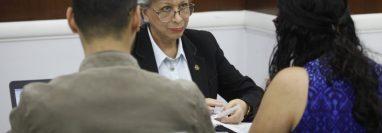 La magistrada de la Corte Suprema de Justicia, María Eugenia Morales due una de las últimas que entregó su expediente en la postuladora del TSE. (Foto Prensa Libre: Noé Medina)