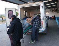 Socorristas trasladan a los heridos al Hospital Nacional de Chimaltenango. (Foto Prensa Libre: Víctor Chamalé)
