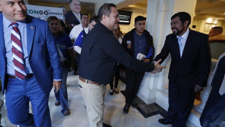 Jorge Orellana alcalde de Guastatoya, El Progreso saluda a MIguel Ovalle alcalde de Salcaja, Quetzaltenango previó a la elección de la presidencia de la Anam. (Foto Prensa Libre: Esbin García)