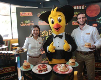 Diana Aguirre, gerente de marca, y Félix Tejada, coordinador de marca de Pollo Campero, presentaron los nuevos menús de temporada. Foto Prensa Libre: Norvin Mendoza