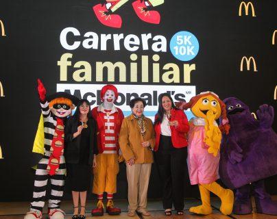 Doña Yolanda Cofiño -al centro-, rodeada de ejecutivos de McDonald´s y los personajes, presentaron la Carrera Familiar. Foto Prensa Libre: Norvin Mendoza