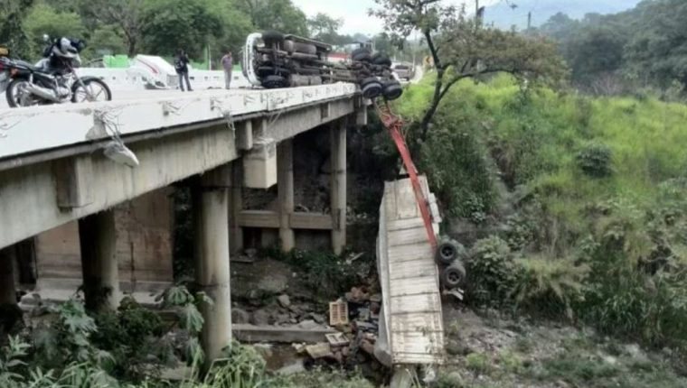 El transporte pesado en constantes ocasiones se ve involucrado en accidentes. (Foto Prensa Libre: Hemeroteca PL).