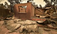 The remains of a house destroyed by a bushfire is seen just outside Batemans Bay in New South Wales on January 2, 2020. - Australia authorised the forced evacuation of residents on January 2 amid a mass exodus of tourists from fire-ravaged coastal communities, as the country braces for a weekend heatwave expected to fan deadly bushfires. (Photo by PETER PARKS / AFP)