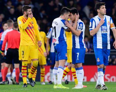 El delantero Wu Lei celebra su gol con sus compañeros, tras marcar el empate 2-2  contra el Barcelona. (Foto Prensa Libre: AFP).