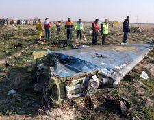 Foto divulgada por la agencia de noticias iraní donde se ve los servicios de emergencia trabajando en el lugar donde cayó el avión de Ukraine Airlines. (Foto Prensa Libre: Hemeroteca PL)