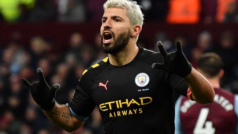 El argentino Sergio Aguero celebra uno de los goles en la victoria del  City contra el Aston Villa. (Foto Prensa Libre: AFP).