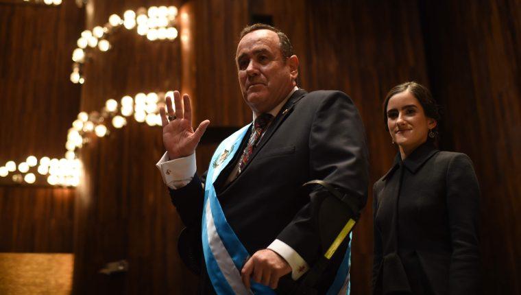 Alejandro Giammattei Falla junto a su hija Ana Marcela, luego de ser juramentado como presidente de la República. (Foto Prensa Libre: Hemeroteca)